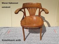 Breiter Bugholz-Armlehnstuhl im Thonet-Stil,